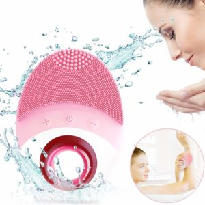 Facial Cleansing Brush, woman brushing her face
